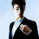 Gesti non verbali: togliersi dei pelucchi di dosso… cosa significa?